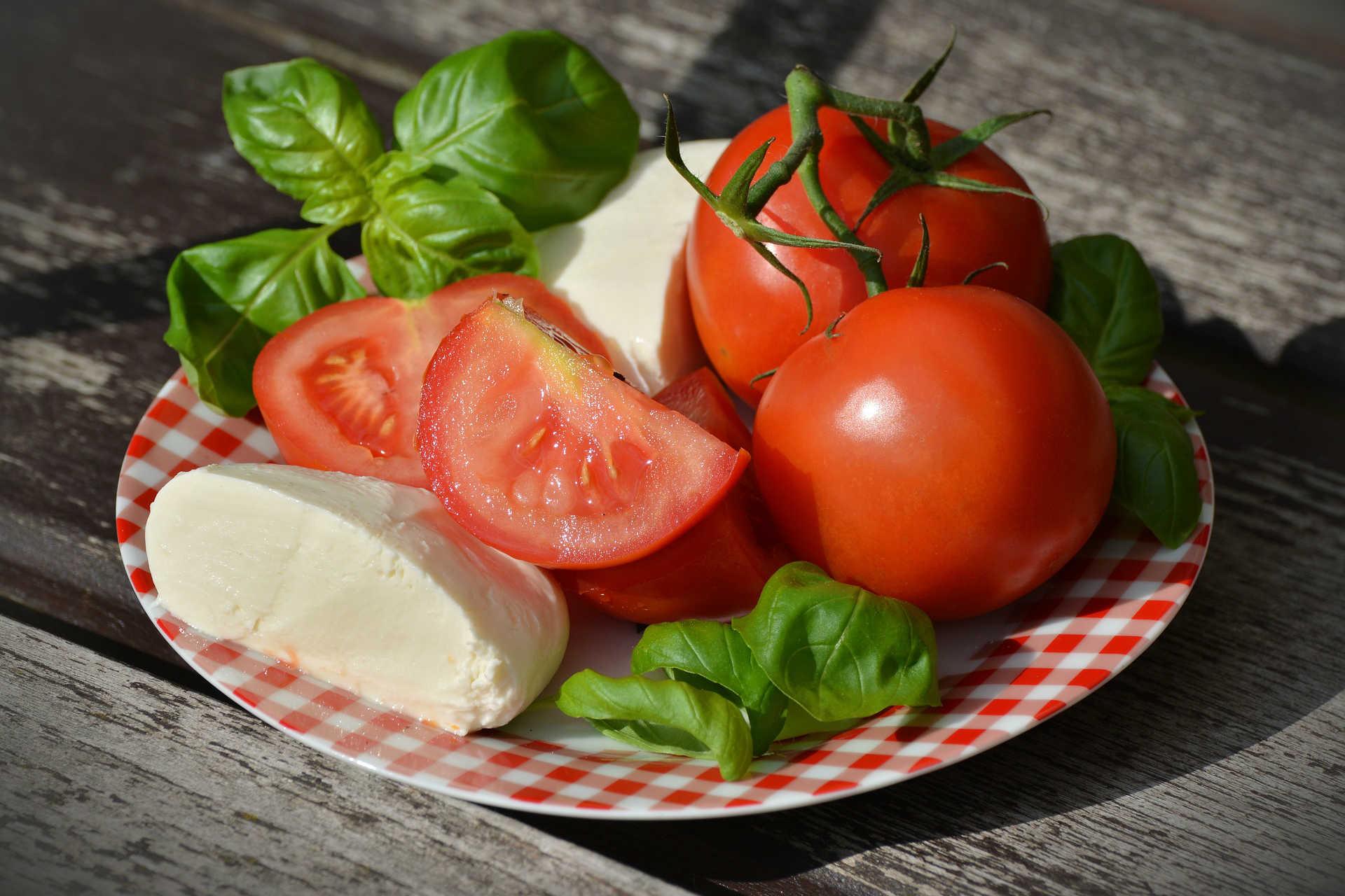 סלט עגבניות שרי עם נבטי קייל